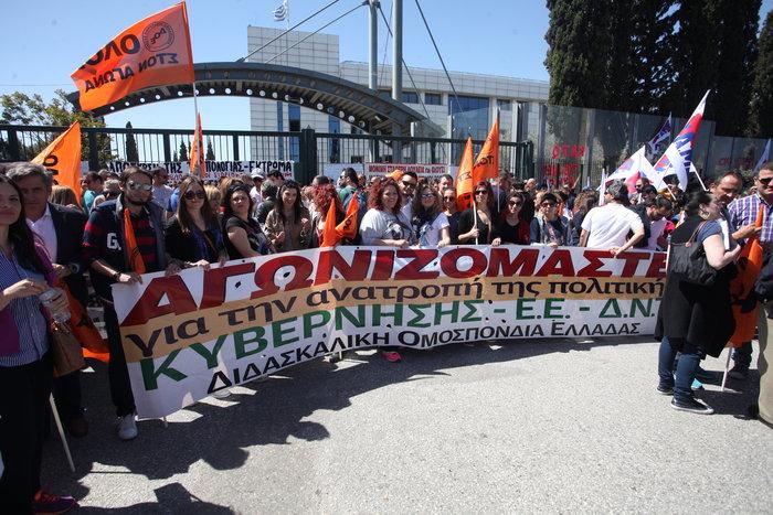 Ένταση στη συγκέντρωση των εκπαιδευτικών έξω από το υπουργείο Παιδείας - εικόνα 3