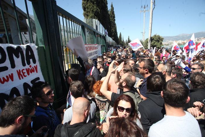 Ένταση στη συγκέντρωση των εκπαιδευτικών έξω από το υπουργείο Παιδείας - εικόνα 6