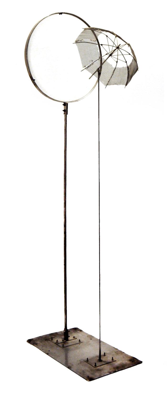 Φακός με ομπρέλα, 1984, ανοξείδωτος χάλυβας και πλεξιγκλάς, 100 x 33 x 19 εκ.