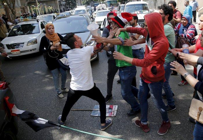 Ξύλο και δακρυγόνα σε ογκώδη διαδήλωση στο Κάιρο