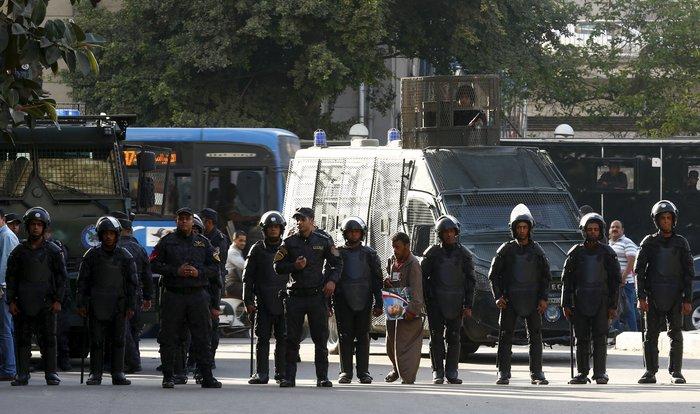 Ξύλο και δακρυγόνα σε ογκώδη διαδήλωση στο Κάιρο - εικόνα 2