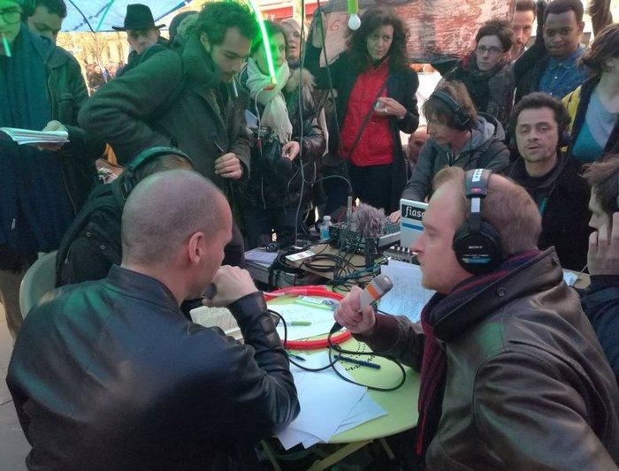 Ο Βαρουφάκης στις πλατείες στο Παρίσι με διαδηλωτές - εικόνα 2