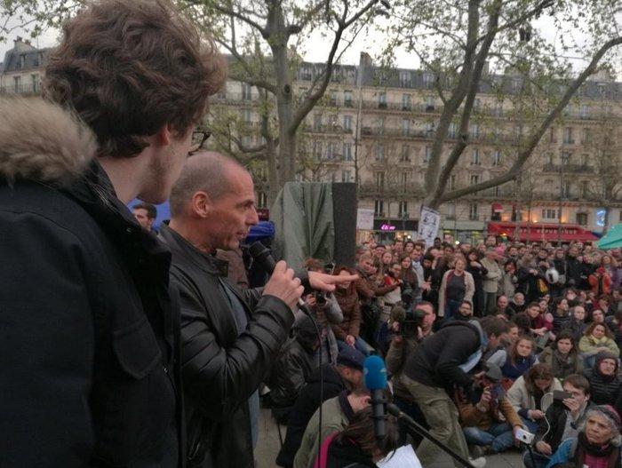 Ο Βαρουφάκης στις πλατείες στο Παρίσι με διαδηλωτές - εικόνα 3