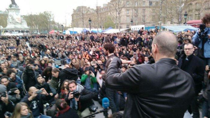 Ο Βαρουφάκης στις πλατείες στο Παρίσι με διαδηλωτές - εικόνα 4
