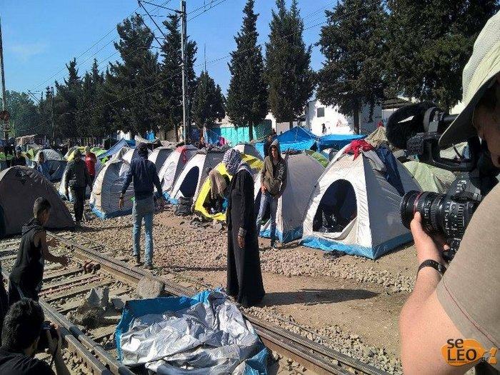 Ξαναστήνουν σκηνές πάνω στις γραμμές του τρένου στην Ειδομένη