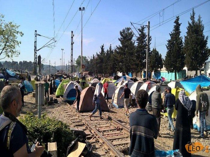 Ξαναστήνουν σκηνές πάνω στις γραμμές του τρένου στην Ειδομένη - εικόνα 2