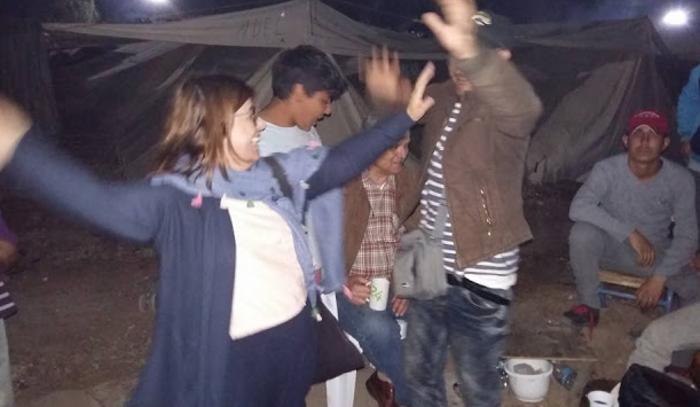 Βουλευτής του ΣΥΡΙΖΑ έστησε χορό με τους πρόσφυγες στη Ριτσώνα - εικόνα 2
