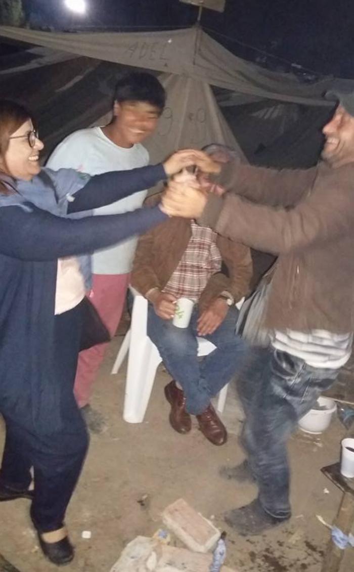 Βουλευτής του ΣΥΡΙΖΑ έστησε χορό με τους πρόσφυγες στη Ριτσώνα - εικόνα 3