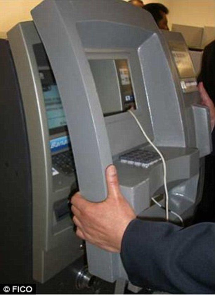 Ψεύτικη πρόσοψη μηχανήματος: Το κανονικό ΑΤΜ είναι καλυμμένο με μια ψεύτικη πρόσοψη μέσα στην οποία υπάρχουν τα εργαλεία που θα παρακρατήσουν την κάρτα.