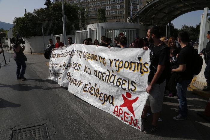 Συνθήματα και προσαγωγές στο Προστασίας του Πολίτη για το προσφυγικό
