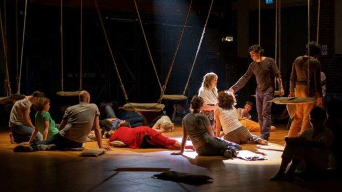 Human Requiem, με το κοινό επί σκηνής!