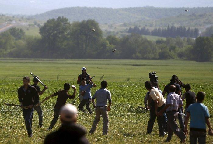 «Εμφύλιος» στην Ειδομένη με ξύλα και πετροπόλεμο μεταξύ προσφύγων - εικόνα 2