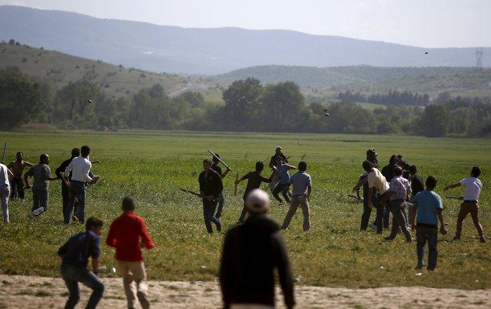 «Εμφύλιος» στην Ειδομένη με ξύλα και πετροπόλεμο μεταξύ προσφύγων