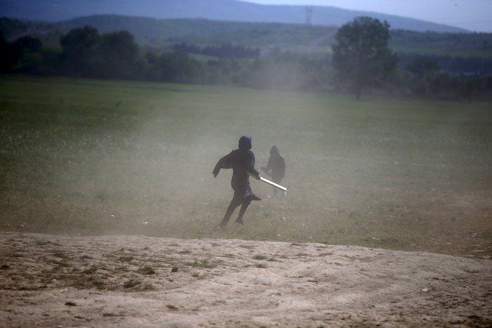 «Εμφύλιος» στην Ειδομένη με ξύλα και πετροπόλεμο μεταξύ προσφύγων - εικόνα 3