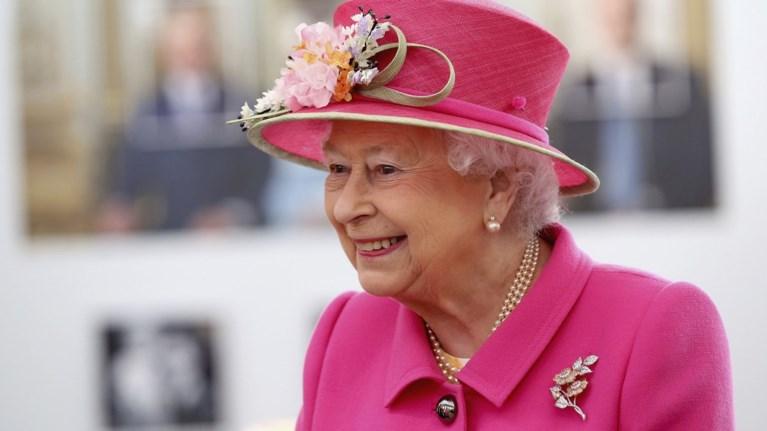 god-save-the-queen-i-elisabet-kleinei-ta-90-sto-apogeio-tis-dimofilias-tis