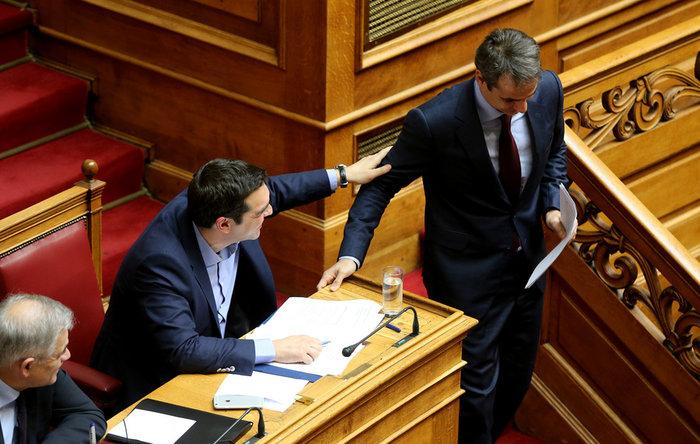 Τι είπαν «μυστικά» Τσίπρας και Μητσοτάκης στο έδρανο της Βουλής