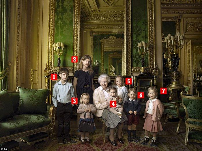 Περήφανη προγιαγιά,η βασίλισσα Ελισάβετ ποζάρει αγκαλιά με τα δισέγγονά της - εικόνα 2