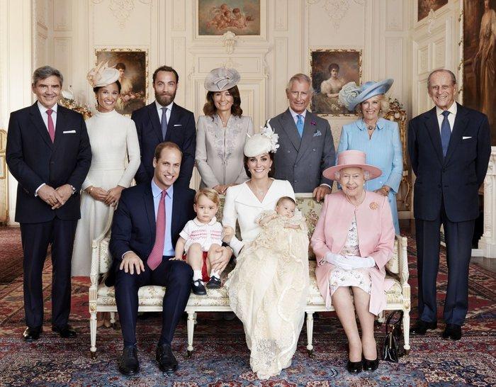 Περήφανη προγιαγιά,η βασίλισσα Ελισάβετ ποζάρει αγκαλιά με τα δισέγγονά της - εικόνα 3