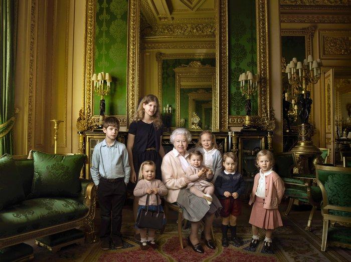 Περήφανη προγιαγιά,η βασίλισσα Ελισάβετ ποζάρει αγκαλιά με τα δισέγγονά της