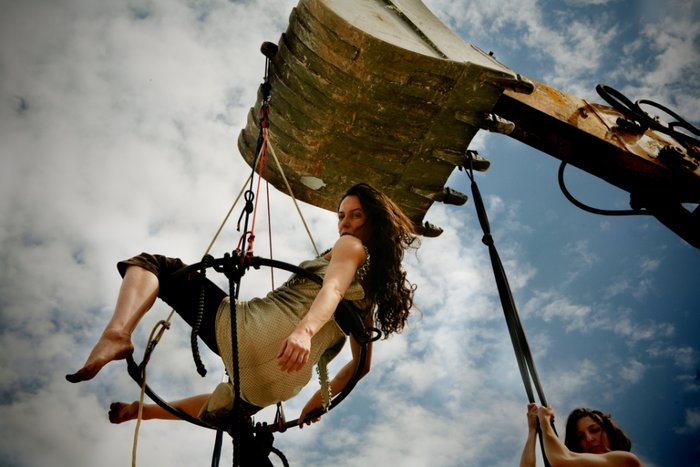 NOIR: Μια θεαματική παράσταση της ομάδας  «Κι όμΩς Κινείται»