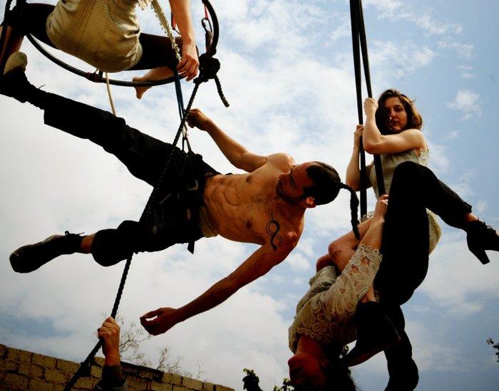 NOIR: Μια θεαματική παράσταση της ομάδας  «Κι όμΩς Κινείται» - εικόνα 2