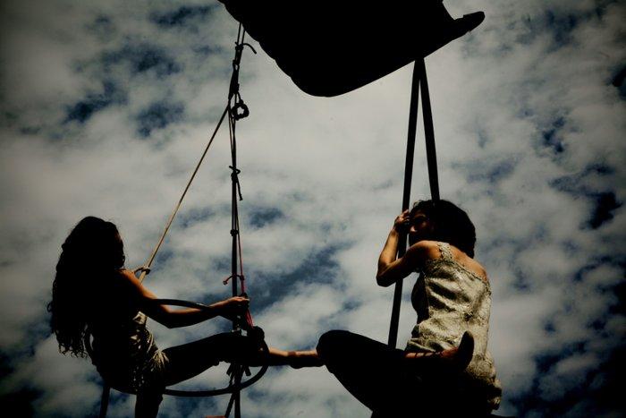 NOIR: Μια θεαματική παράσταση της ομάδας  «Κι όμΩς Κινείται» - εικόνα 3