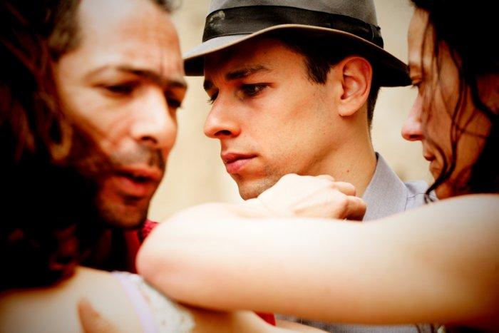 NOIR: Μια θεαματική παράσταση της ομάδας  «Κι όμΩς Κινείται» - εικόνα 9