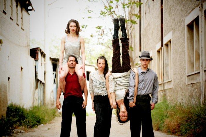 NOIR: Μια θεαματική παράσταση της ομάδας  «Κι όμΩς Κινείται» - εικόνα 10