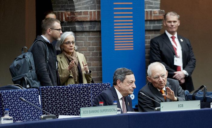 Βόλφγκανγκ Σόιμπλε και Μάριο Ντράγκι στο Eurogroup του Άμστερνταμ