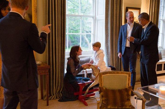 Εκλεψε την παράσταση ο μικρός Γεώργιος με ρόμπα γνωρίζοντας τον  Ομπάμα - εικόνα 2