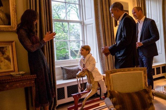 Εκλεψε την παράσταση ο μικρός Γεώργιος με ρόμπα γνωρίζοντας τον  Ομπάμα - εικόνα 3