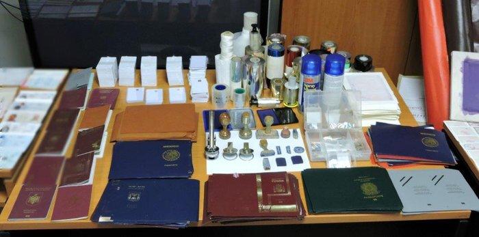 Εντόπισαν εργαστήριο πλαστών διαβατηρίων στην Κυψέλη - εικόνα 3