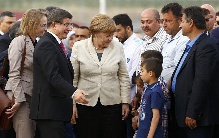O τούρκος πρωθυπουργός Αχμέτ Νταβούτογλου με την γερμανίδα καγκελάριο Άνγκελα Μέρκλ στον καυταλισμό προσφύγων Nizip