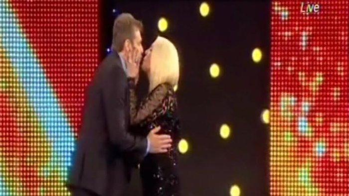 Ο Γκλέτσος χόρεψε live ζεϊμπέκικο και φίλησε τη Ρούλα στο στόμα