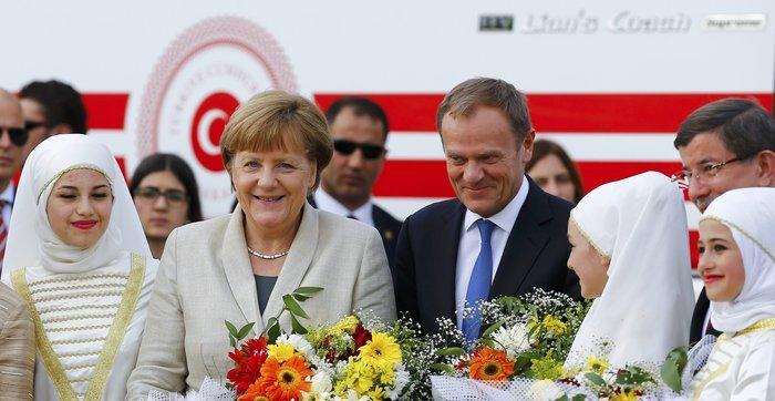 Ο Ντόναλντ Τουσκ μαζί με την Άνγκελα Μέρκελ στον καυταλισμό προσφύγων Nizip
