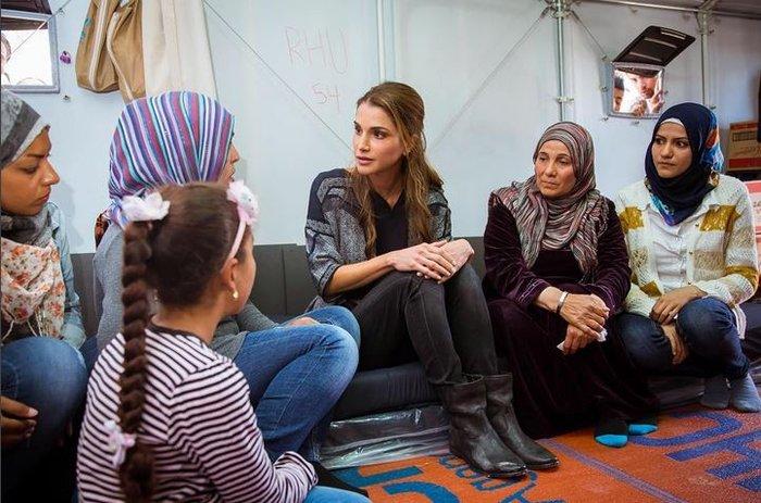 Η Βασίλισσα Ράνια από τη Λέσβο: Κανείς δεν επιλέγει να γίνει πρόσφυγας - εικόνα 2