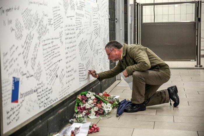 Συγκινητικές εικόνες:Ανοίγει ξανά ο σταθμός Μάλμπεκ μετά τις επιθέσεις - εικόνα 7