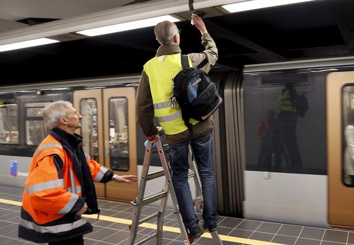 Συγκινητικές εικόνες:Ανοίγει ξανά ο σταθμός Μάλμπεκ μετά τις επιθέσεις - εικόνα 10