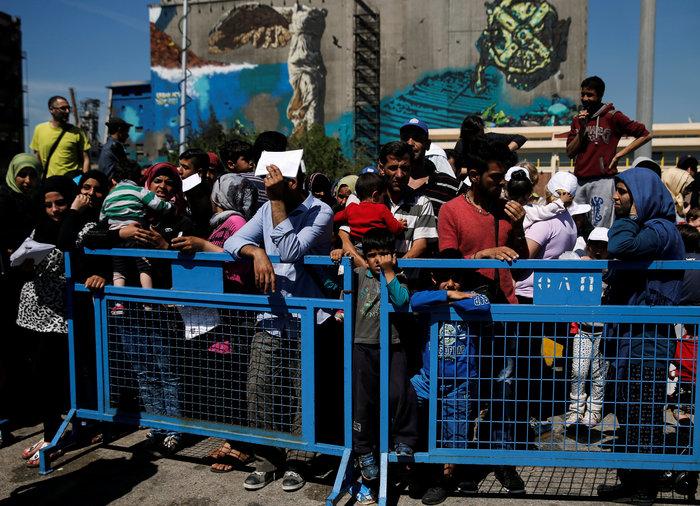 Guardian: Χάος και άθλιες συνθήκες στο Ελληνικό και τον Πειραιά