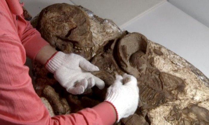 Μητέρα και βρέφος αγκαλιασμένοι εδώ και 4.800 χρόνια