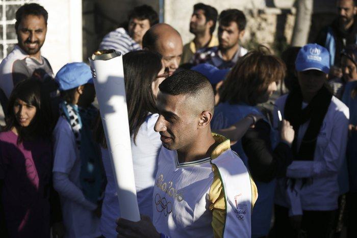 Συγκίνηση: Η Ολυμπιακή Φλόγα στα χέρια ενός πρόσφυγα - εικόνα 2