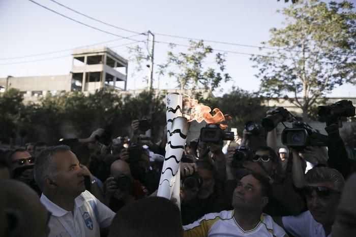 Συγκίνηση: Η Ολυμπιακή Φλόγα στα χέρια ενός πρόσφυγα - εικόνα 3