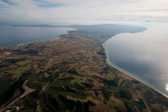 Οι φυσικές τοποθεσίες της χερσονήσου είναι αξιοθαύμαστες, με γραφικούς λόφους, κατάφυτα δάση, απόκρημνους γκρεμούς και άφθονα νερά.