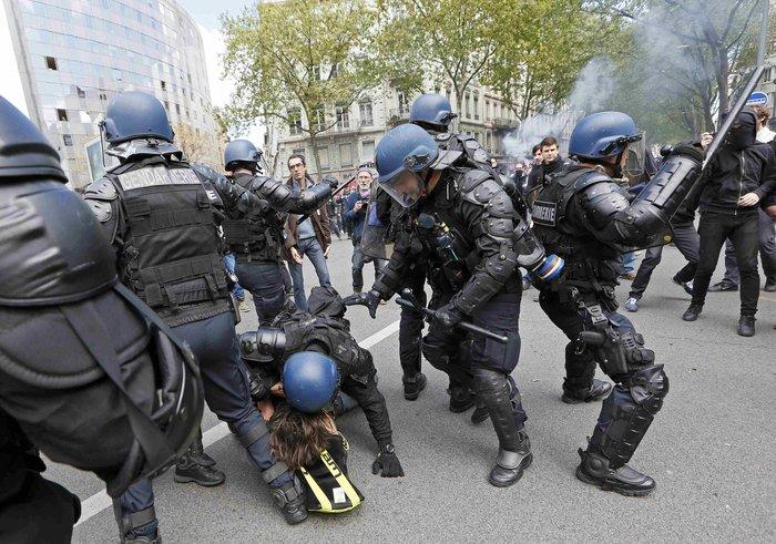 Ξύλο και συλλήψεις σε νέες διαδηλώσεις στη Γαλλία για τα εργασιακά - εικόνα 3