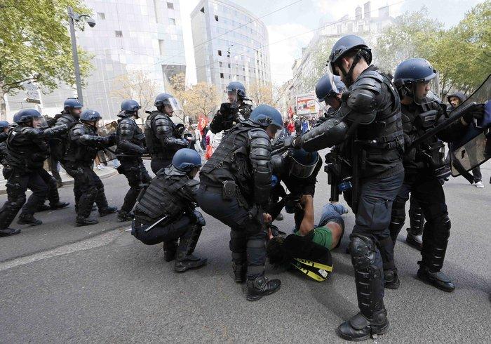 Ξύλο και συλλήψεις σε νέες διαδηλώσεις στη Γαλλία για τα εργασιακά - εικόνα 5