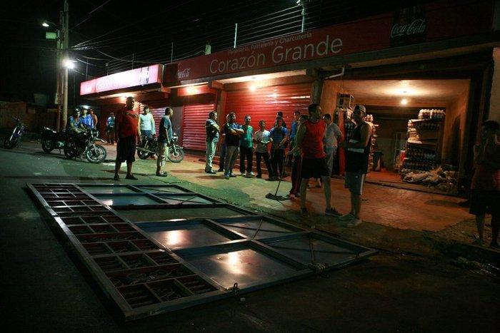 Εικόνες χάους με επεισόδια και λεηλασίες στη Βενεζουέλα - εικόνα 8