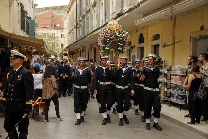 Το μέγα πένθος στην πομπή των 33 επιταφίων της Κέρκυρας