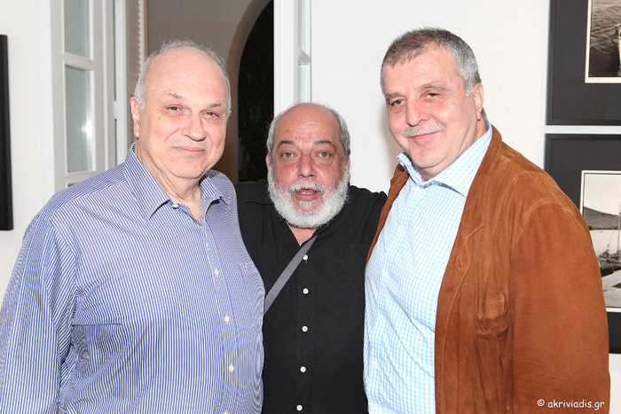 Ο President του Κολλεγίου Αθηνών, καθηγητής Σπύρος Πολλάλης, με τον εικαστικό Αλέξη Βερούκα και το συλλέκτη Σωτήρη Φέλιο.
