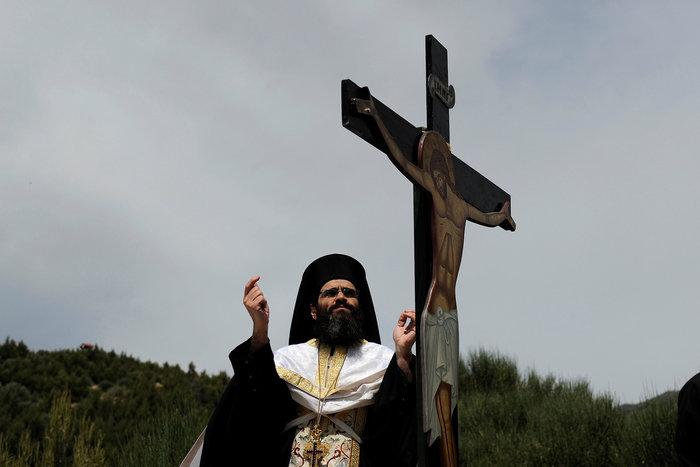 Η μοναδική στιγμή της αποκαθήλωσης στην Μονή Πεντέλης:δείτε φωτό - εικόνα 2