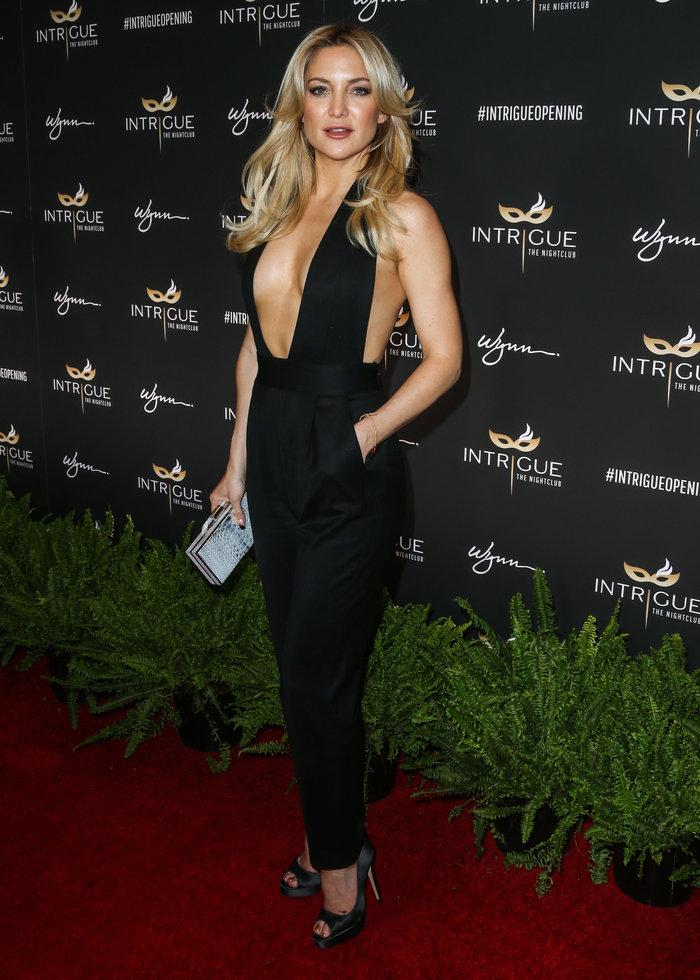 Η προκλητική εμφάνιση της Χάντσον: Κάλυψε το στήθος της με δύο τιράντες